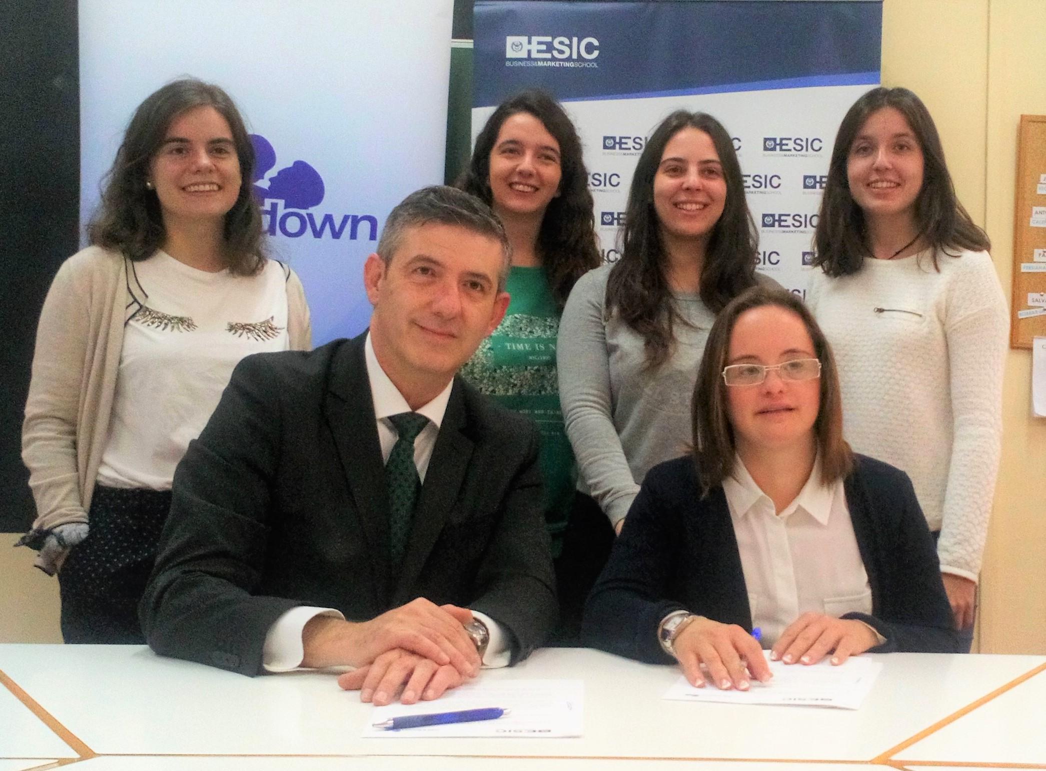 Agustín Carrilero y Mar Galcerán en la firma del convenio